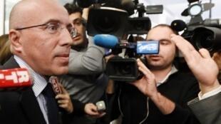 Eric Ciotti répond aux questions de la presse le 25 novembre 2012, devant le siège de l'UMP.