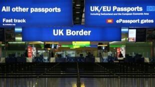 Zona de controle de passaportes em Londres.
