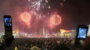 Жители Пхеньяна снимают новогодний салют на свои смартфоны