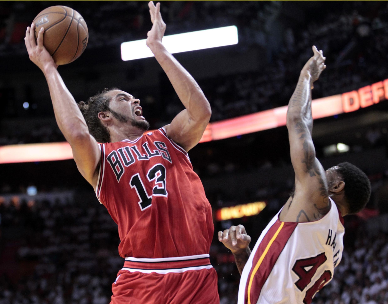 Le joueur des Chicago Bulls, Joachim Noah (à gauche) monte au panier.