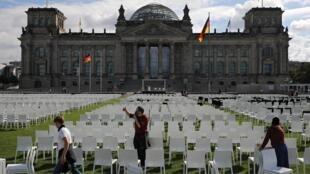Des militants ont installé 13000 chaises vides, une pour chaque migrant dans le camp de Moria, devant le Reichstag à Berlin, le 7 septembre 2020.