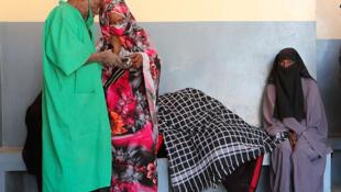 Cette femme enceinte ici sous le pagne est venue en urgence avec sa famille à l'hôpital de Mao pour un accoucher, province de Kanem, Tchad, janvier 2020.