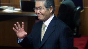 Foto de archivo: El ex presidente peruano Alberto Fujimori durante su juicio en Lima, el 10 de diciembre de 2007.