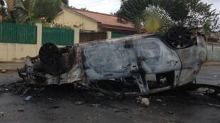 O que restou do carro incendiado ontem da juiza Natacha Amado Vaz.