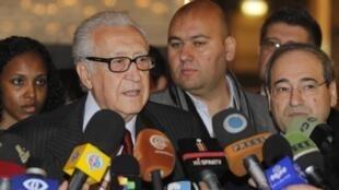 Face à la presse, l'émissaire de l'ONU Lakhdar Brahimi évoque son entrevue avec le président syrien Bachar el-Assad le 24 décembre 2012 à Damas.