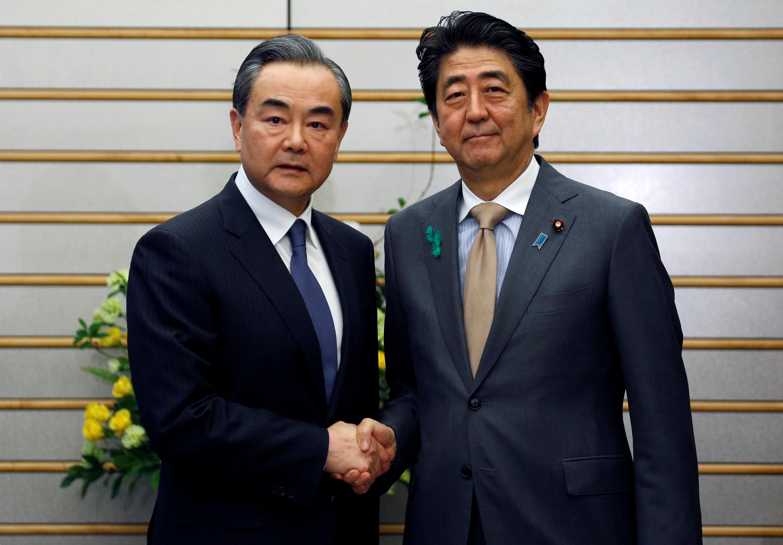 中國國務委員兼外交部長王毅與日本首相安倍晉三會面資料圖片