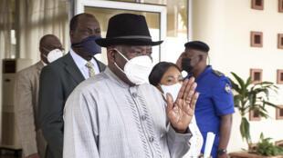 El expresidente de Nigeria y mediador enviado especial de la Comunidad Económica de Estados de África Occidental (CEDEAO), Jonathan Goodluck, llega a Bamako el 25 de mayo de 2021
