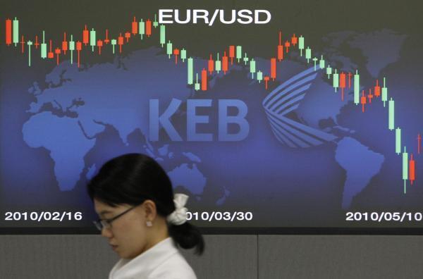 Tela mostrando o câmbio do euro para o dólar em Seul, na Coreia do Sul.