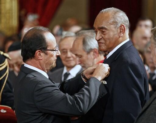 Henry Jean-Baptiste (à droite) décoré de la médaille d'officier de la Légion d'honneur par François Hollande, le 26 novembre 2012.