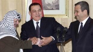 Tsohon Shugaban Masar'Hosni Moubarak da Tsohon shugaban Falasdinawa Yasser Arafat da tsohon Firaministan Isra'ila Ehud Barak a wani taron sasana rikicin Isra'ila da Falasdinawa da Masar ke shiga tsakani