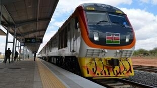 Un train sur la nouvelle voie de chemin de fer de construction chinoise reliant la ville côtière de Mombasa et Nairobi, inaugurée en 2017, le plus grand projet d'infrastructure du Kenya depuis l'indépendance du pays.