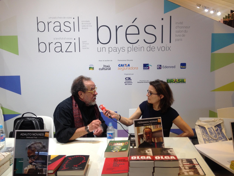 Fernando Morais, no Salão do Livro de Paris, entrevistado por Adriana Brandão.
