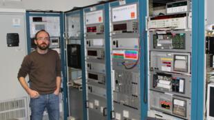 Michel Abgrall, chercheur aux Systèmes de Référence Temps-Espace (SYRTE) devant les ordinateurs qui contrôlent l'horloge parlante à Paris.
