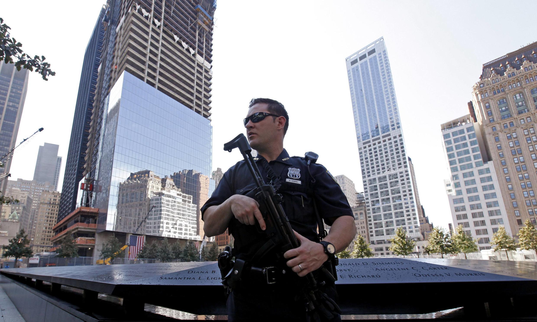 Cảnh sát canh gác tại khu phía nam công trường World Trade Center - New York, 09/09/2011