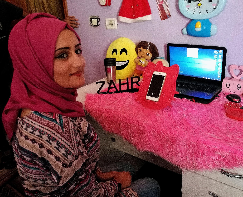 Dans sa chambre de Rafah, dans le sud de la bande de Gaza, Zahr Al Najjar raconte le quotidien de sa ville et de l'enclave palestinienne à près de 95 000 abonnés sur Instagram.