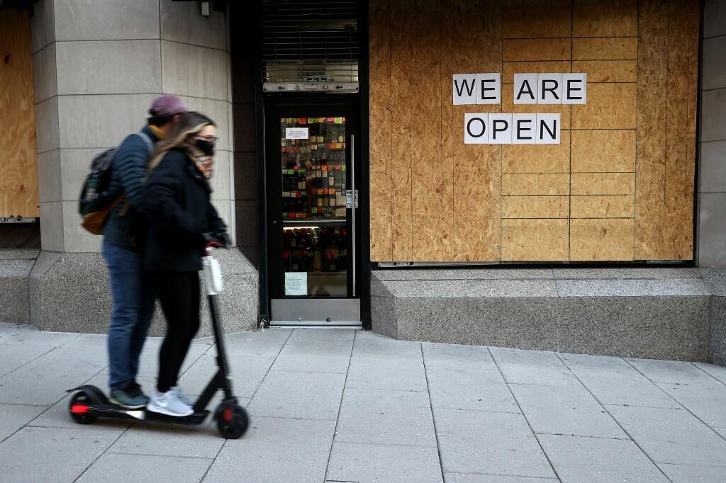 À Washington, les commerçants du centre-ville ont déjà commencé à se barricader en posant des panneaux de bois devant leurs vitrines, car ils craignent des violences post-électorales en cas de scrutin serré ou contesté.