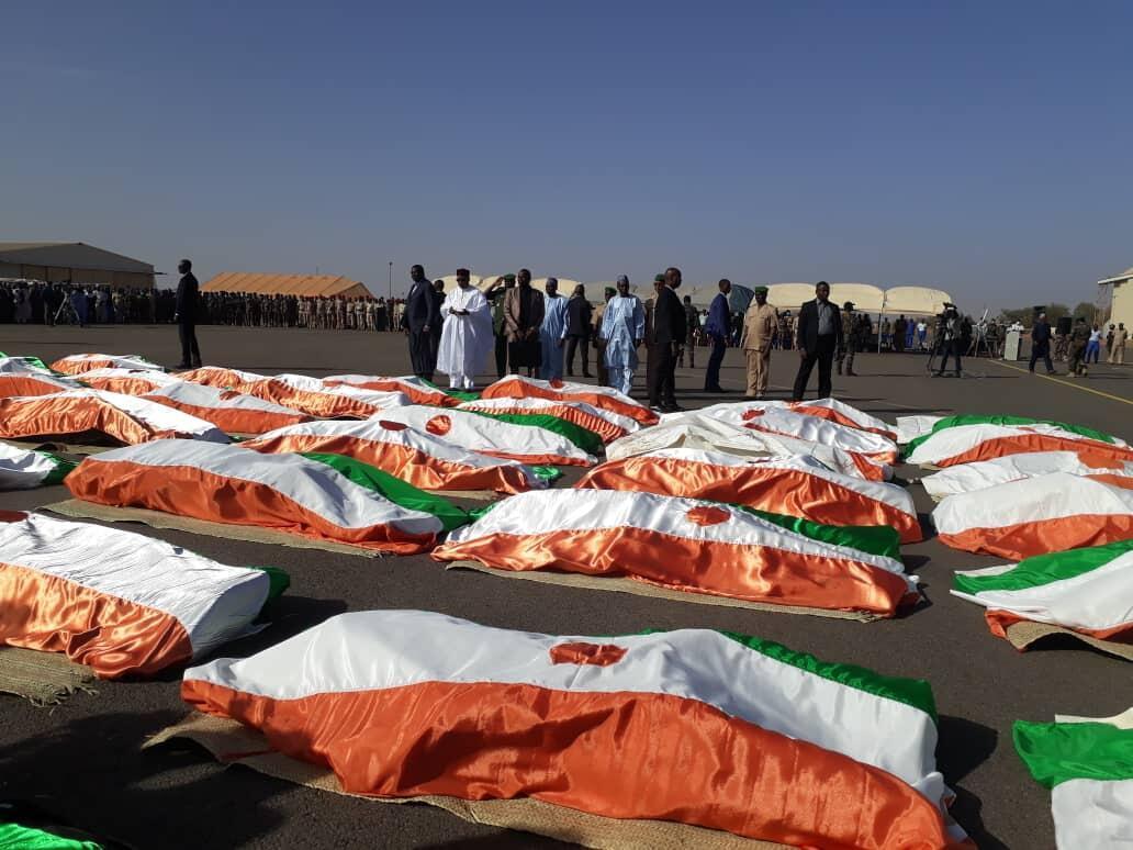 Le président Issoufou rend hommage aux soldats nigériens morts, lors de l'attaque d'Inates, le 13 décembre 2019.
