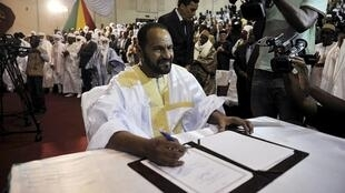 Sidi Brahim Ould Sidati, au moment de signer l'accord de paix inter-malien au nom des rebelles de la CMA, samedi 20 juin à Bamako.