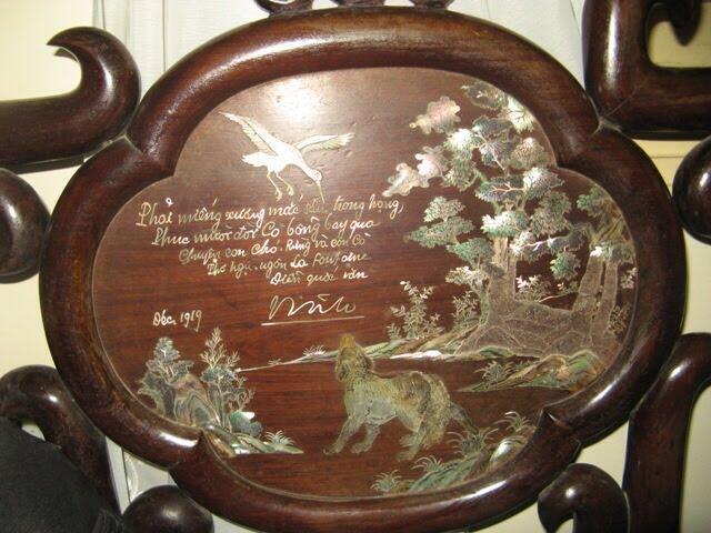 """Bộ tràng kỷ khảm trai bài thơ của Nguyễn Văn Vĩnh, dựa theo bút tích và chữ ký của ông, tóm tắt truyện ngụ ngôn """"Con cáo và con cò"""" của văn hào Pháp La Fontaine. Bảo vật từ đầu thế kỷ này hiện đã được gia đình lưu giữ, sau một thời gian thất lạc. (DR)"""