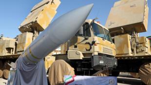 Le président iranien Hassan Rohani a dévoilé un nouveau système de missile antimissile, le Bavar 373.