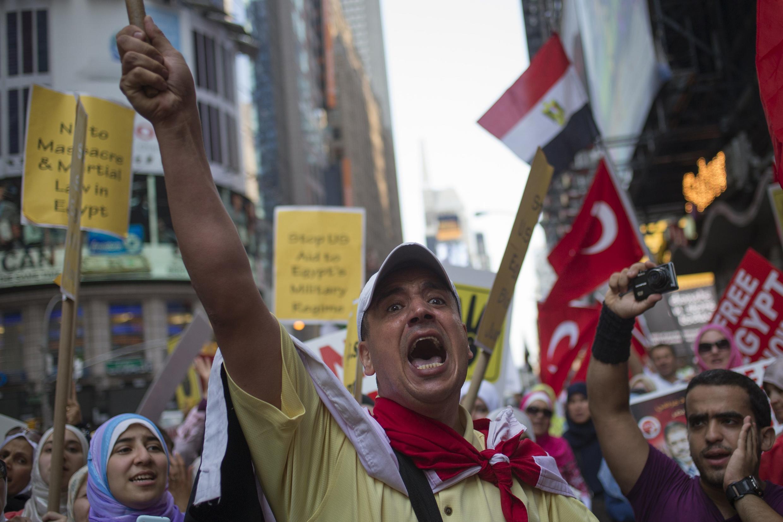 Cộng đồng kiều dân Ai Cập biểu tình tại Times Square, New York đòi chấm dứt bạo động tại Ai Cập - REUTERS