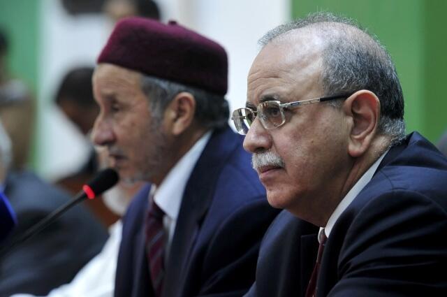 Le Premier ministre libyen Abdel Rahim el-Keib (à droite) et Mustafa Abdeljalil, le président du CNT devant la société civile à Benghazi, le 26 décembre 2011.