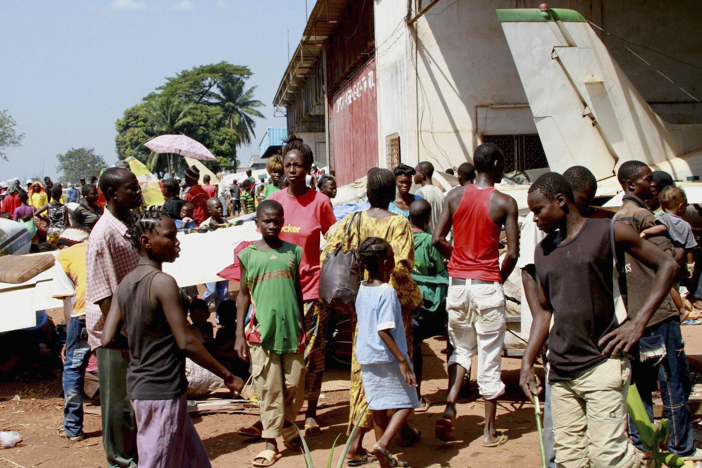 中非數萬人在首都班吉姆波科機場尋求法軍庇護2013年12月13日 。