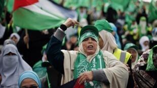 Simpatizantes do Hamas celebram nas ruas de Gaza o 25° aniversário de fundação do movimento islâmico palestino, sábado, 8 de dezembro de 2012.