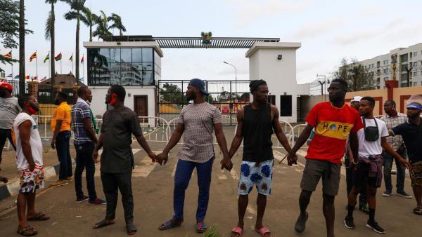 Nigeria: à Lagos, chaîne pacifique de jeunes manifestants de un bâtiment officiel malgré le couvre-feu, le 20 octobre, en protestation contre les violences policières.