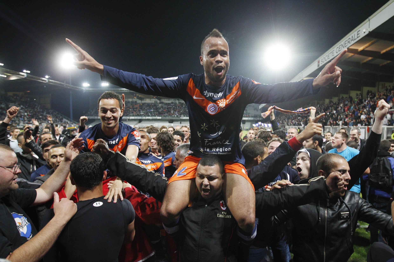 O atacante John Utaka, autor dos dois gols da vitória do Montpellier sobre o Auxerre, comemora a conquista do título inédito no gramado.