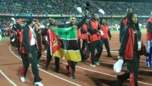 Os atletas moçambicanos a desfilar ontem à noite no Estadio do Zimpeto.