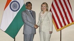 La secrétaire d'Etat américaine Hillary Clinton (D) au côté du ministre indien des Affaires étrangères Somanahalli Mallaiah Krishna, le 8  mai 2012 à New Delhi.