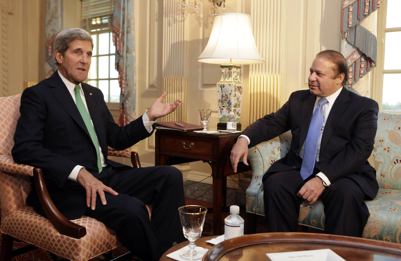 Le Premier ministre pakistanais Nawaz Sharif (d) et le secrétaire d'Etat américain John Kerry, le 20 octobre à Washington.