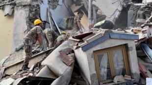 Equipes de resgate procuram sobreviventes em Amatrice, cidade que foi completamente destruída pelo terremoto desta quarta-feira na Itália.