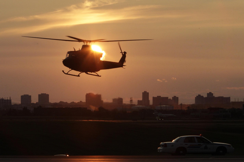 """Канадский военный вертолет патрулирует над международным аэропортом в Торонто в момент прибытия глав государств """"большой восьмерки"""" 25 июня 2010 года"""