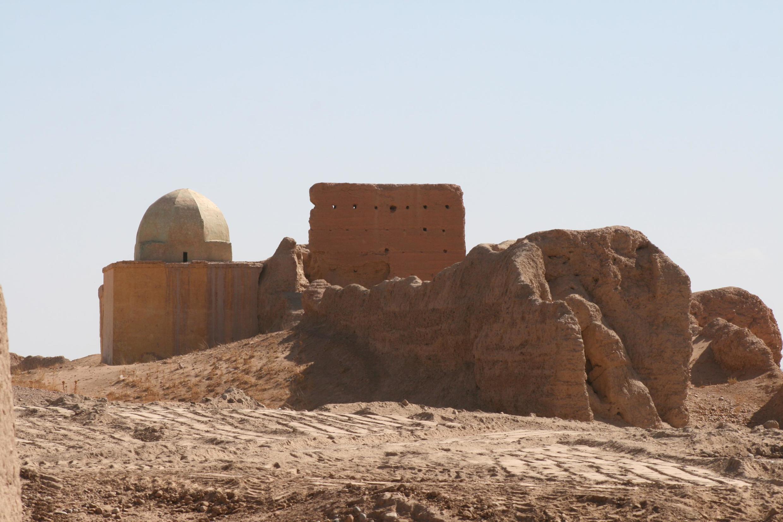 Sijilmâsa, un mausolée musulman accroché à un pan de muraille au XIVe siècle.