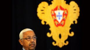 Lisbonne, le 21 juillet 2008, Pedro Pires, alors président du Cap-Vert, devant la cote d'armes du Portugal.