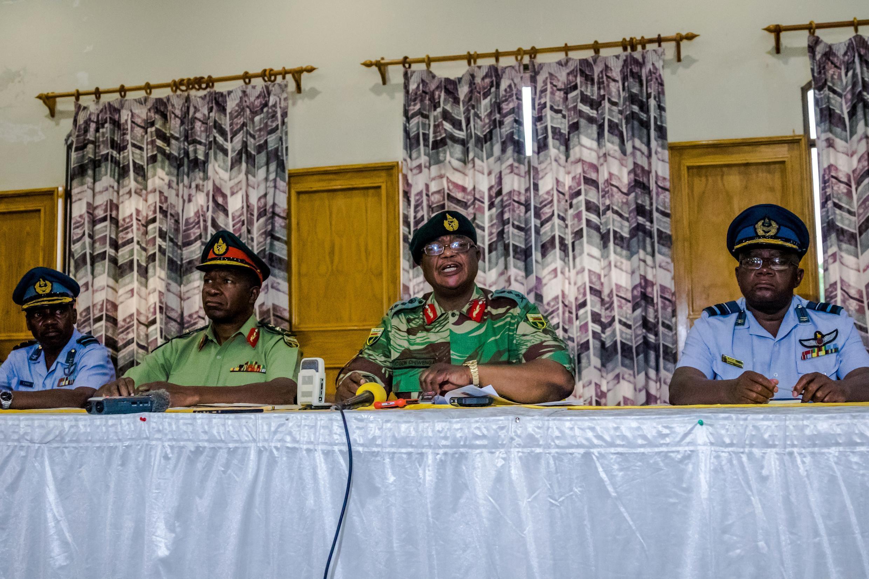 Le général Constantino Chiwenga commandant Forces de défense (au centre droite) et à sa gauche le lieutenant-général Valerio Sibanda, commandant de l'armée nationale du Zimbabwe (ZNA), lors de la conférence de presse à Harare, le 13 novembre 2017.