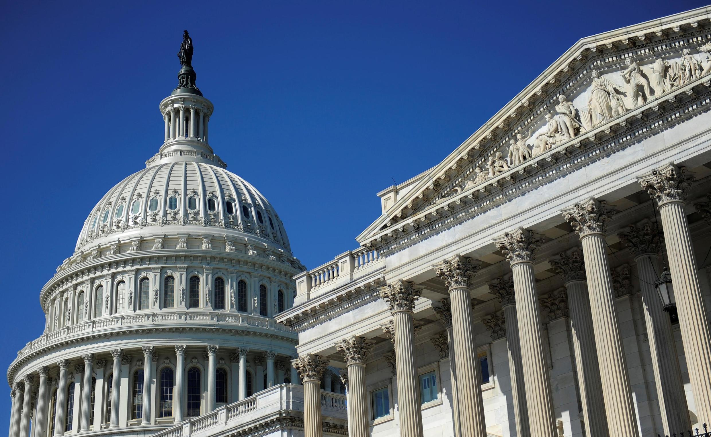 گنبد کنگره ایالات متحده (سمت چپ) و سنای آمریکا (سمت راست) در واشنگتن.