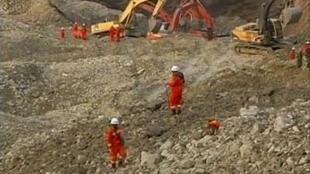 Các nhân viên cứu hộ tìm kiếm các nạn nhân sống sót tại khu hầm mỏ ở Maizhokunggar, Khu tự trị Tây Tạng. Ảnh chụp lại qua truyền hình ngày 30/03/2013.