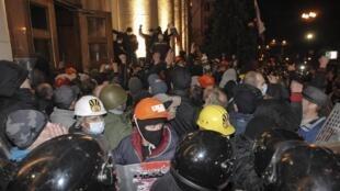抗议者们在哈尔科夫当地时间周日傍晚占领了地区政府大楼