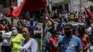 Des habitants de Medellin demandent davantage d'aide sociale au gouvernement, dans le quartier de la Comuna 13 à Medellin, le 16 avril 2020.