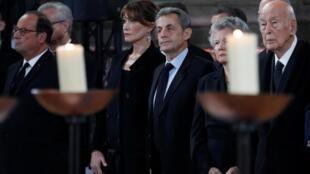 Rais wa zamani wa Ufaransa, Valery Giscard d'Estaing, mke wake, Anne-Aymone, pamoja na rais wa zamania Nicolas Sarkozy na Francois Hollande.