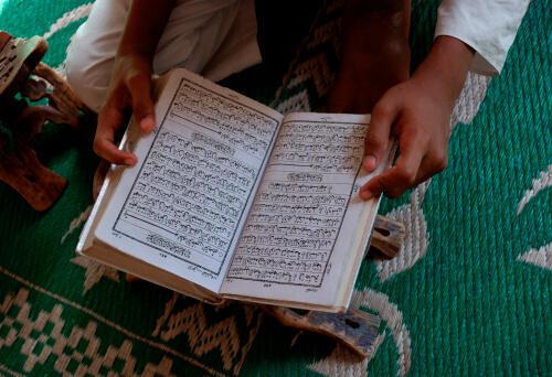 """Menino estuda o Alcorão em uma escola religiosa islâmica, as chamadas """"madrassas""""."""