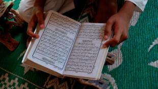Un jeune garçon lit le Coran dans une «madrassa», une école coranique.