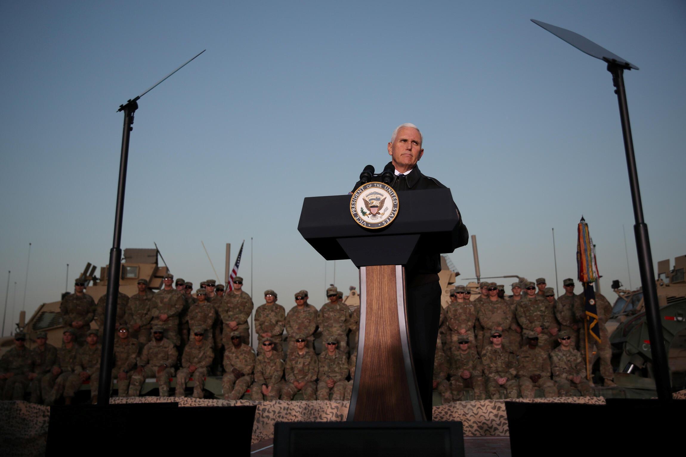 Phó tổng thống Mỹ, Mike Pence đến thăm binh sĩ Mỹ tại sân bay Erbil, Irak, ngày 23/11/2019.