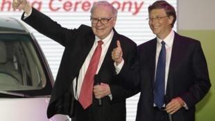 Warren Buffett (g) et Bill Gates (d) à Pékin ce 29 septembre 2010.