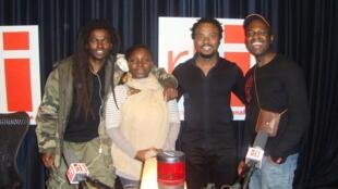 Kommandant Simi Ol, Annie-Flore Batchiellilys, Olivier Cheuwa et son guitariste