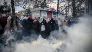 La police anti-émeute turque utilise des gaz lacrymogènes pour disperser les manifestants devant le siège du quotidien Zaman à Istanbul, le 5 mars 2016.