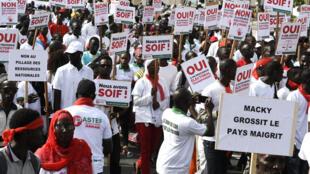 A Dakar, des manifestants protestent contre la politique menée par le gouvernement.